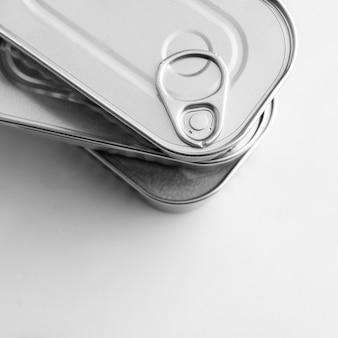 Vista superior da pilha de latas prateadas com espaço de cópia
