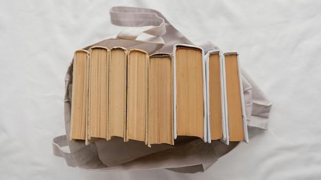 Vista superior da pilha de livros na bolsa