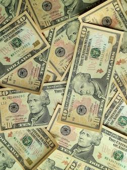 Vista superior da pilha de notas de dez dólares (us $ 10) dos estados unidos, foto vertical