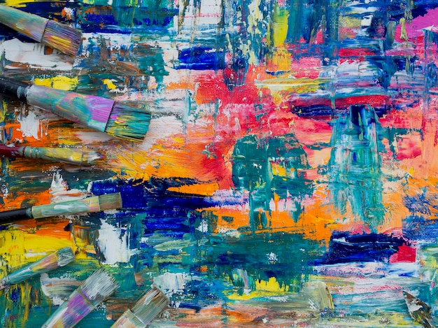 Vista superior da pintura colorida com pincéis