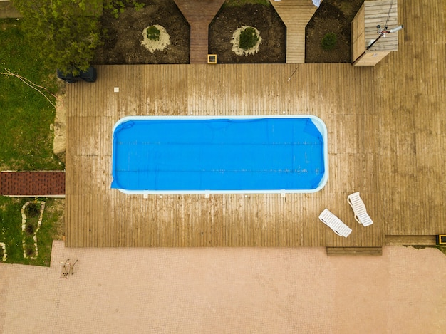 Vista superior da piscina coberta com filme para cuidar das piscinas externas