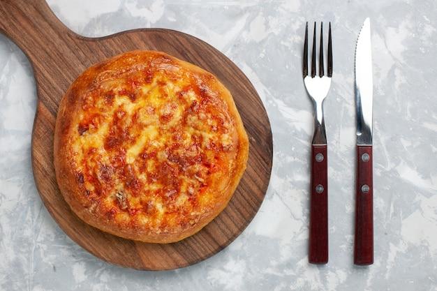 Vista superior da pizza assada com queijo na luz