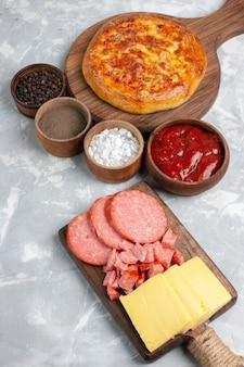 Vista superior da pizza assada fatiada com queijo no branco
