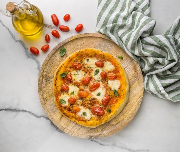 Vista superior da pizza com tomate e óleo