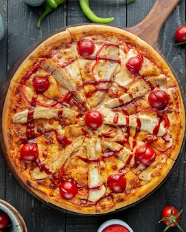 Vista superior da pizza de frango com pimentão vermelho tomate queijo e ketchup
