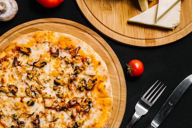 Vista superior da pizza de frutos do mar com camarão, mexilhão, lula e queijo