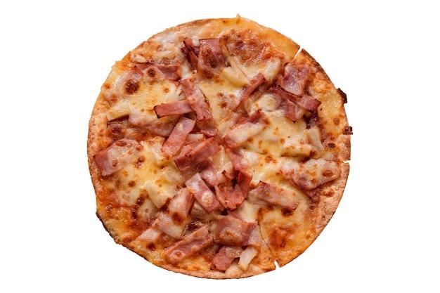 Vista superior da pizza em uma bandeja de madeira, isolada em um fundo branco.