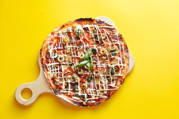 Vista superior da pizza isolada e traçado de recorte.