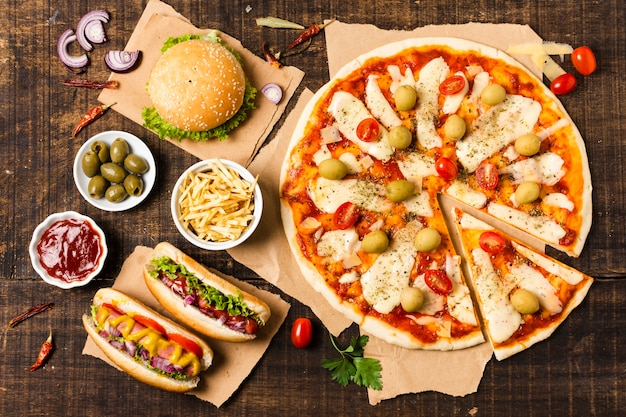 Vista superior da pizza na mesa de madeira
