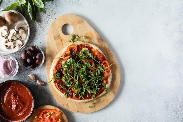 Vista superior da pizza vegetariana com cogumelos