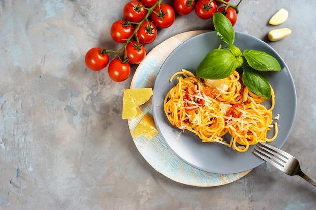 Vista superior da placa com espaguete no fundo cinza