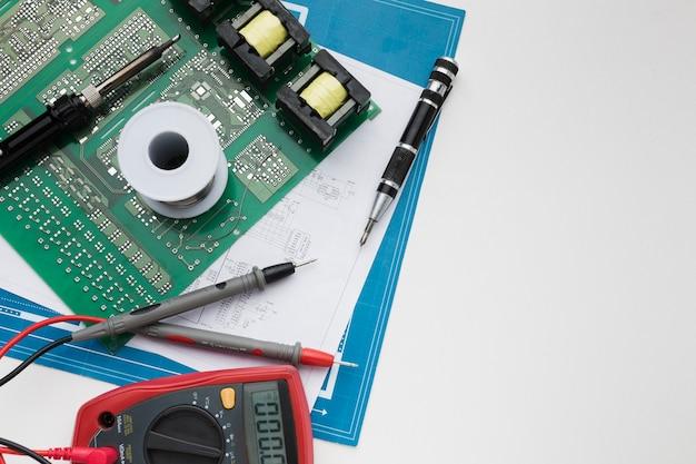 Vista superior da placa de circuito com multímetro