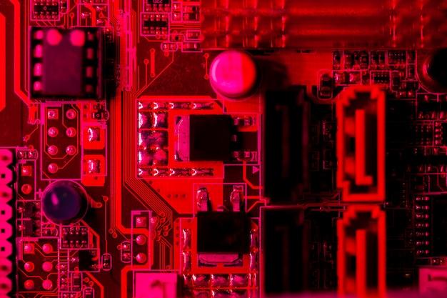 Vista superior da placa de circuito com tema vermelho