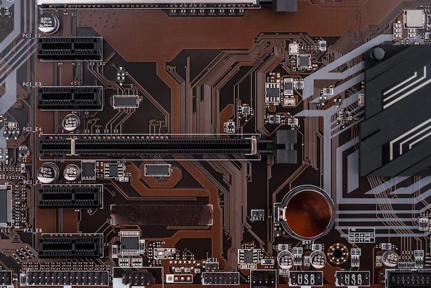 Vista superior da placa-mãe na cor marrom, computadores e tema eletrônico
