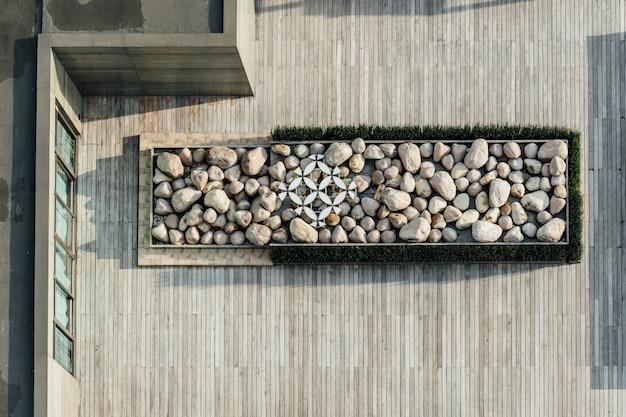 Vista superior da plataforma cheia de pedra no telhado de madeira. decoração arquitetônica, plataforma ao ar livre.