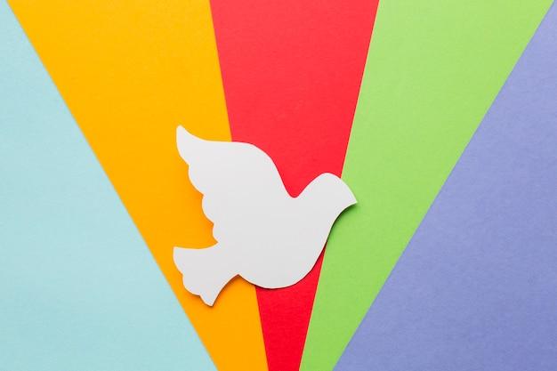 Vista superior da pomba de papel com cores