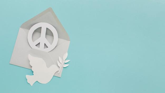 Vista superior da pomba de papel com envelope e sinal de paz