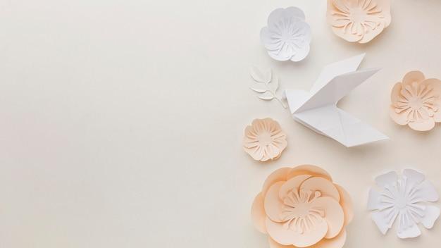 Vista superior da pomba de papel com flores e espaço para texto