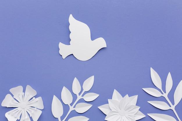 Vista superior da pomba de papel com folhas