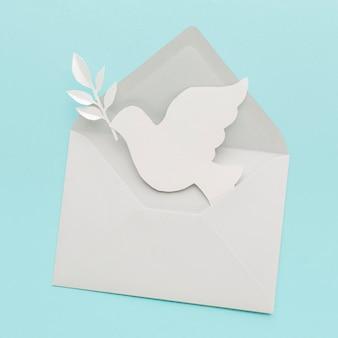 Vista superior da pomba de papel em envelope