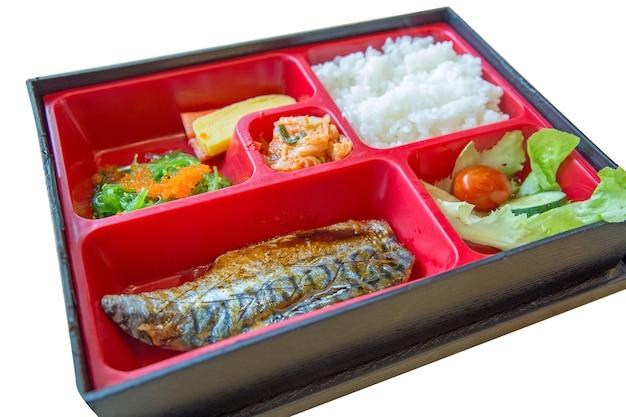 Vista superior da porção de alimentos frescos grelhados saba bento set em arroz japonês e algas marinhas, foco seletivo.