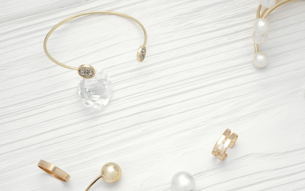 Vista superior da pulseira de ouro no diamante e jóias de ouro na mesa de madeira