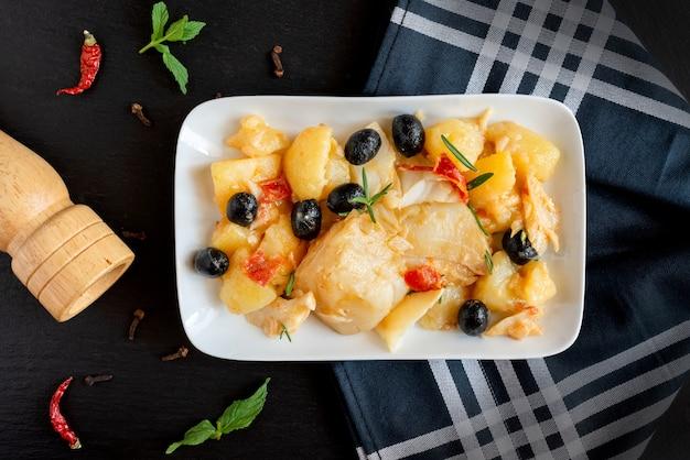 Vista superior da receita de bacalhau de bacalhau assado com batatas e azeitonas