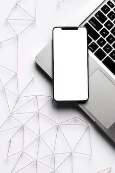 Vista superior da rede de comunicação da internet com smartphone e laptop