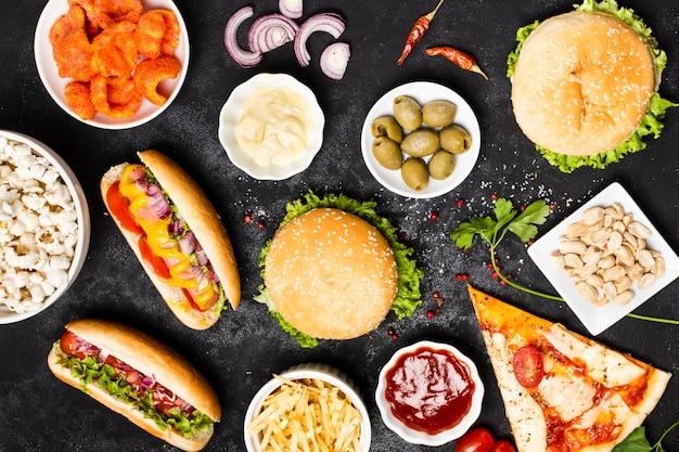 Vista superior da refeição de fast food na mesa preta