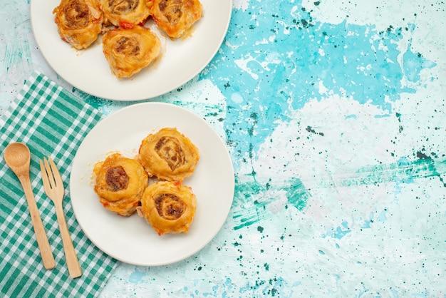 Vista superior da refeição de massa cozida com carne picada dentro de pratos em uma mesa azul brilhante, caloria de carne de refeição de massa