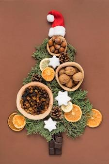 Vista superior da refeição festiva de natal em forma de árvore