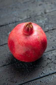 Vista superior da romã vermelha romã madura na mesa de madeira