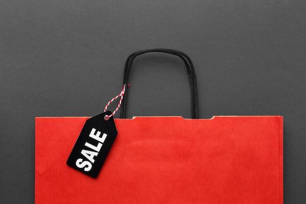 Vista superior da sacola de compras vermelha com etiqueta de venda
