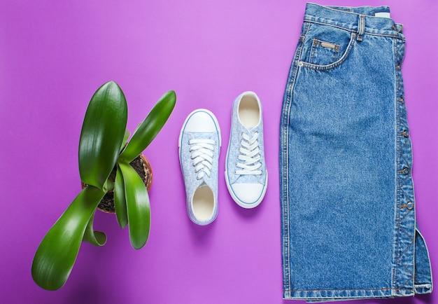 Vista superior da saia jeans estilo casual feminino e sapatos de tênis