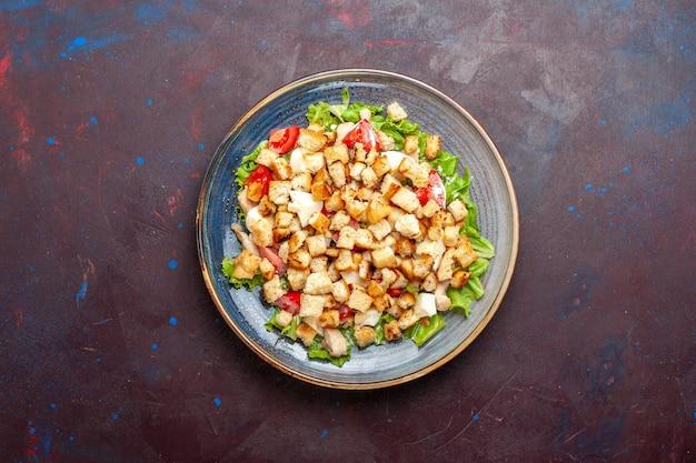 Vista superior da salada caesar com vegetais fatiados e tostas na mesa escura salada de vegetais comida almoço refeição tostas sabor
