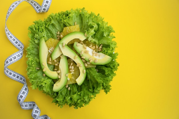 Vista superior da salada com abacate e centímetro branco