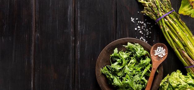Vista superior da salada com espargos e cópia espaço