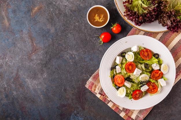 Vista superior da salada de legumes frescos em um prato.
