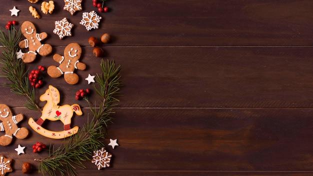 Vista superior da seleção de biscoitos de gengibre para o natal com espaço de cópia
