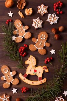 Vista superior da seleção de biscoitos de gengibre para o natal