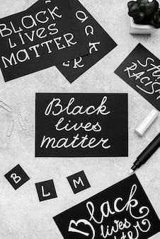 Vista superior da seleção de cartas com matéria de vida negra e caneta