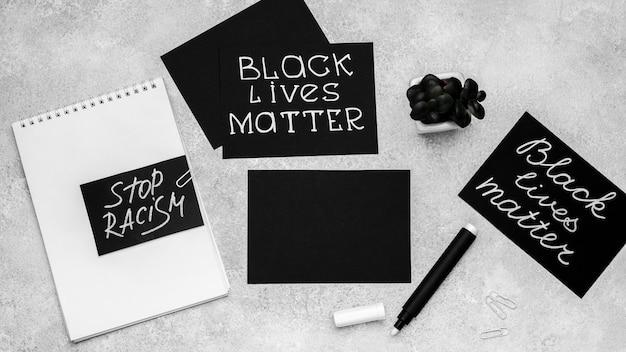 Vista superior da seleção de cartas com matéria de vida negra e suculenta