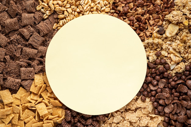 Vista superior da seleção de cereais matinais com tigela vazia