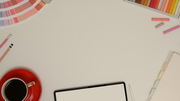 Vista superior da simulação de cena com espaço de cópia, xícara de café, tablet e ferramentas de pintura na mesa branca