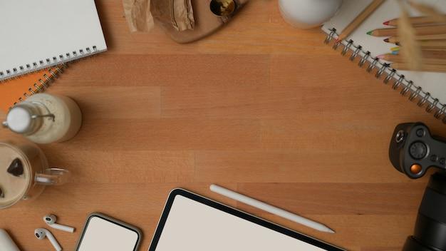 Vista superior da simulação do criador de cena com simulação de dispositivos digitais, suprimentos, artigos de papelaria e espaço de cópia na mesa