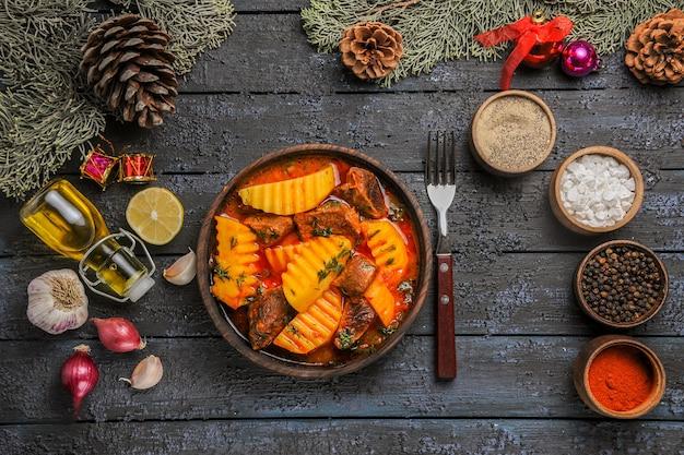 Vista superior da sopa carnuda com verduras e batatas na mesa escura