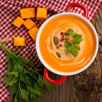 Vista superior da sopa de abóbora com salsa