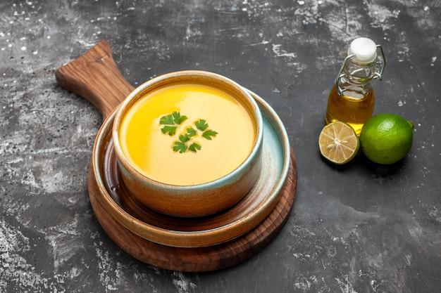 Vista superior da sopa de abóbora dentro do prato na mesa escura