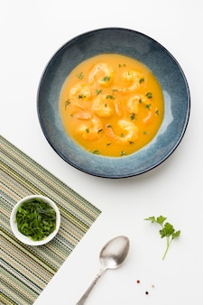 Vista superior da sopa de camarão brasileiro