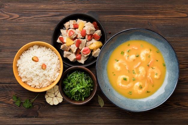 Vista superior da sopa de camarão e arroz